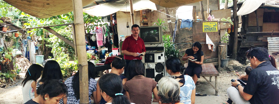 Kevin Long teaching in Barrio